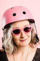 grappige vrouw met fietshelm portret roze achtergrond echt foto