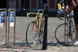 fietsenstalling op het plein in het centrum van riga