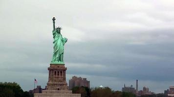 scène van beroemde dame vrijheid standbeeld in new york city foto