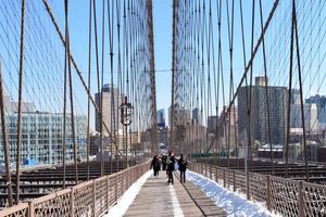 wandelen op de Brooklyn Bridge foto