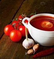 tomatensaus en kruiden foto
