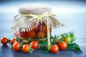 tomaten in potjes gemarineerd foto