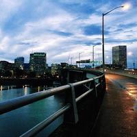 schemering in het centrum van Portland, Oregon, vanaf de se morrison bridge