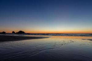 oranje op het strand van ecola foto
