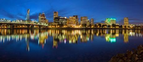 Portland skyline tijdens blauwe uur panorama foto