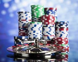 pokerfiches op een gaming-concept foto