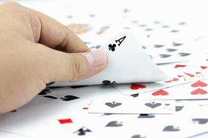 aas clubs op stapel kaarten foto