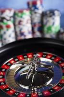 pokerchips op een spel met casino roulette foto