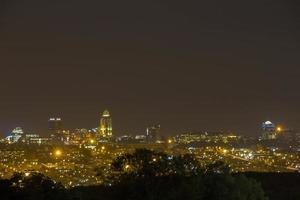 Sandton skyline in Johannesburg in de nacht foto