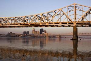 zonsopgangkleuren op de brug in Louisville foto