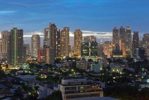 Cityscape van Bangkok, bedrijfsdistrict tijdens schemeringtijd, Bangkok, Thailand foto
