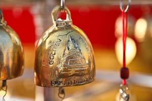 bronzen bel op gouden berg tempel Thailand foto