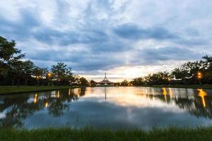 monument op openbaar park tegen water. foto