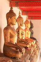 het standbeeld van Boedha in wat Bangkok Thailand foto