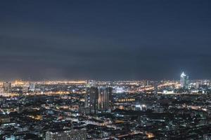bangkok nacht uitzicht met het bouwen van licht foto