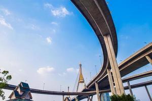 ringweg en bhumibolbrug op blauwe hemel foto