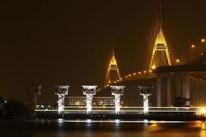 brugverlichting 's nachts. foto