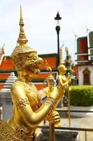 gouden standbeeld in groot paleis van bagkok, thailand foto