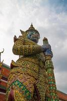 boeddhistische tempelbeeldhouwwerken in Thailand foto