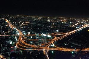wegen in bangkokby nacht - voorraadbeeld foto