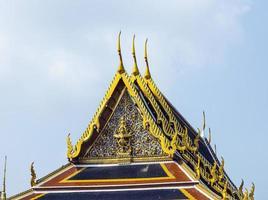 beroemde tempel phra sri ratana chedi bedekt met goudfolie foto