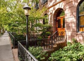 met Chelsea gevulde straat en herenhuizen en voortuinen, Manhattan, New York foto