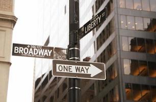 broadway en eenrichtingsverkeersteken, new york foto