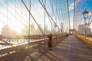 brooklyn bridge bij zonsondergang, new york city. foto