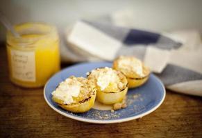 lemon curd in potten met lege citroenen foto