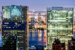 New York wolkenkrabbers bij avondschemering foto