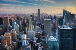 skyline van manhattan bij schemering foto