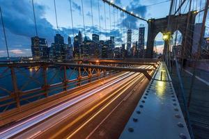 Brooklyn Bridge in New York in de schemering foto