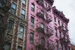 roze appartementengebouw, new york city foto