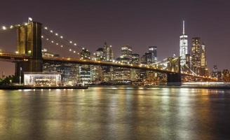 brooklyn bridge en manhattan bij nacht, new york city, usa.