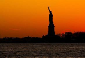 dame vrijheid bij zonsondergang foto