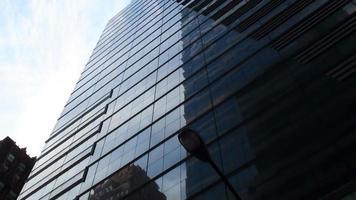 New York hoogbouw glazen gebouw tegen zuivere blauwe hemel foto