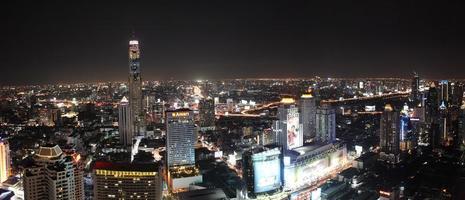 skyline van bangkok's nachts foto
