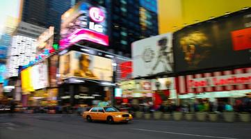 taxi's op 7th Avenue soms Times Square, New York City foto