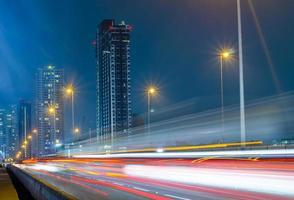 verkeer stad nacht in bangkok, thailand foto
