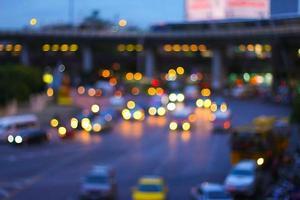 wazige verlichting met bokeh op de weg van bangkok