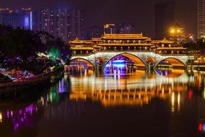 nacht uitzicht op Anshun Bridge in Chengdu foto