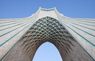 onder azadi monument in teheran foto