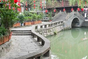 chengdu - jinli traditionele brug en chinese lantaarn foto