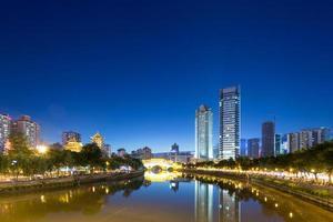 vintage brug in de moderne stad Chengdu 's nachts foto
