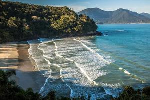 golven breken op fortaleza strand foto