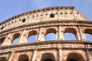 majestueuze oude colosseum in rome tegen blauwe hemel, italië foto