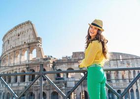 gelukkige vrouwentoerist in colosseum in rome foto
