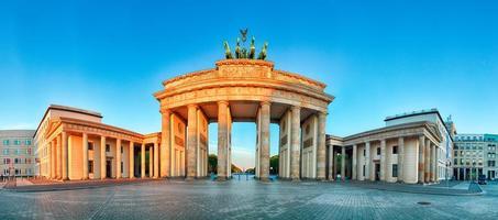 panorama van de Brandenburger Tor tijdens de zonsopgang in Berlijn, Duitsland foto