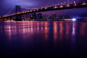 manhattan skyline 's nachts foto