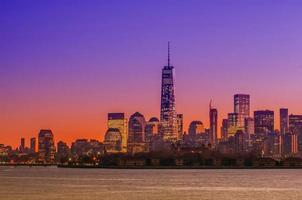 New York City Manhattan midtown panorama in de schemering met wolkenkrabber foto